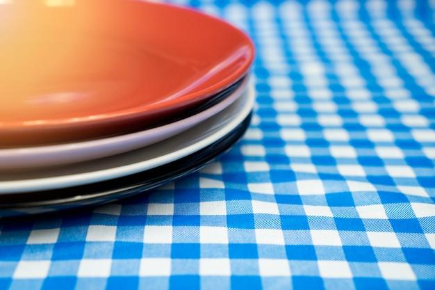 Stapeln sie keramische platte oder teller auf tabelle