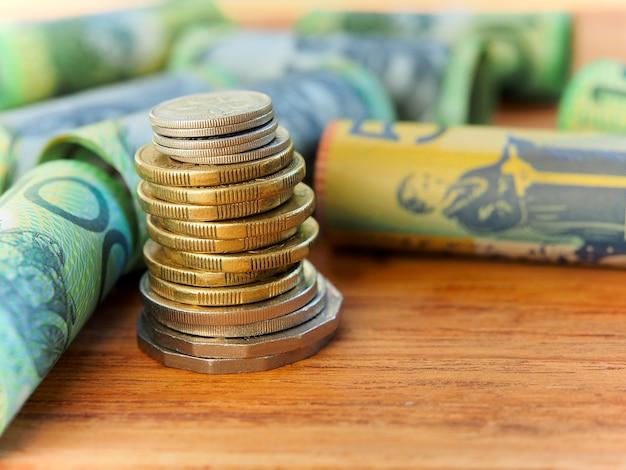 Stapeln von australischen münzen zum sparen von geldkonzept