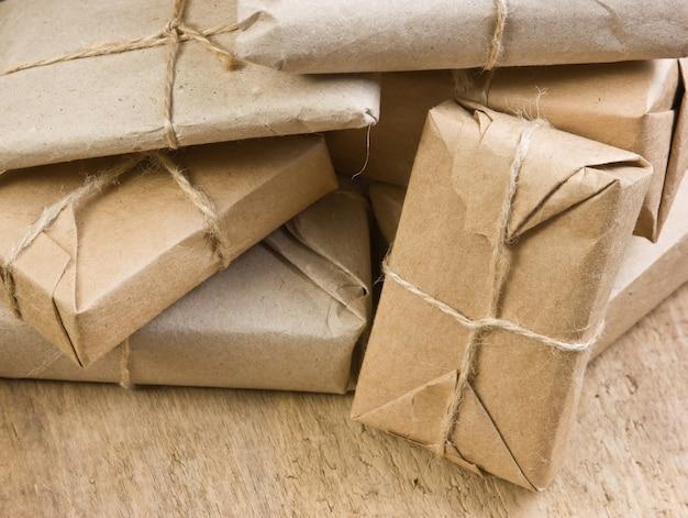 Stapelpaket mit braunem kraftpapier umwickelt und mit bindfaden gebunden