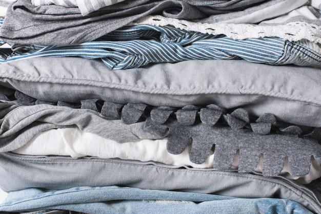 Stapelt einfarbige weiße graue schwarze textilkleidung
