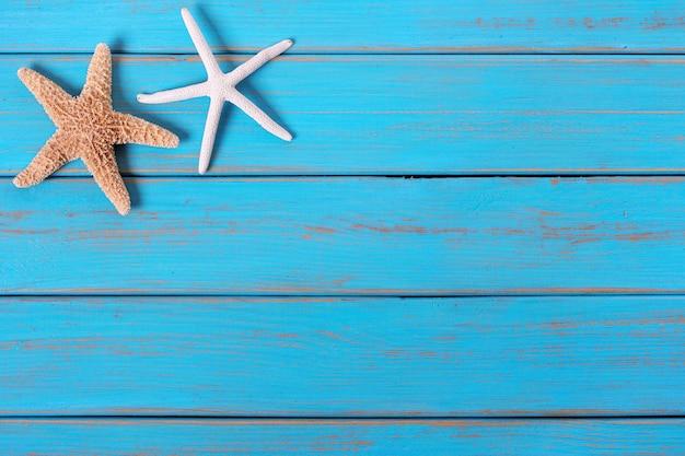 Starfish alte getragene blaue strandholzplattform-hintergrundgrenze