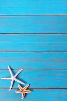 Starfish alte verwitterte blaue strandholzplattform-hintergrundvertikale