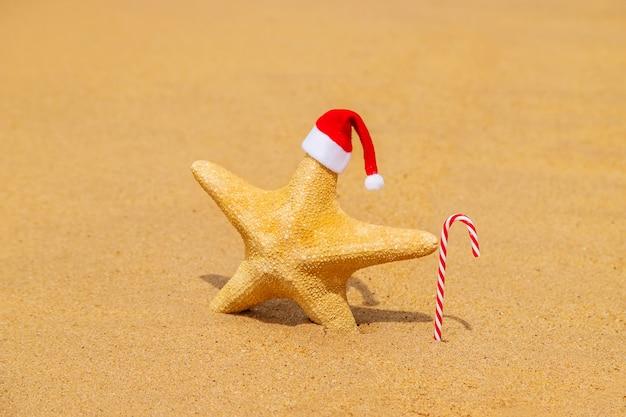 Starfish santa claus am strand mit zuckerstange