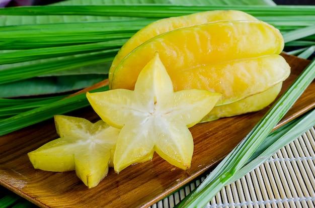 Starfruit, carambola auf hölzerner platte