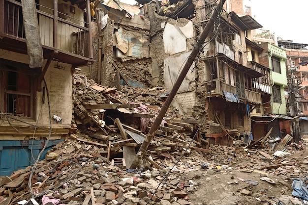 Stark beschädigte stadt nach einem großen erdbeben