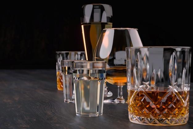 Starke alkoholische getränke in gläsern
