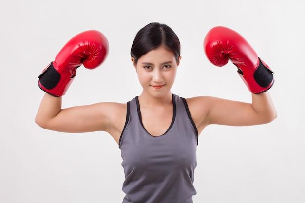 Starke asiatische fitnessfrau mit boxhandschuhen