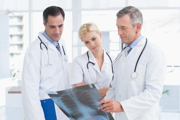 Starke doktoren, die röntgenstrahl betrachten