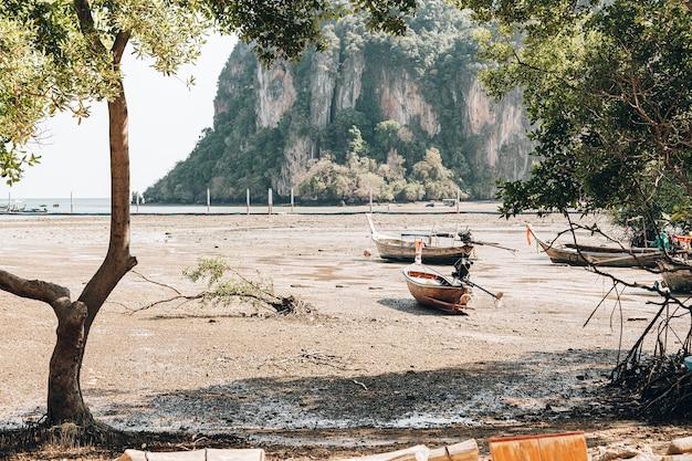 Starke ebbe und dürre auf einer tropischen insel. die boote liegen auf grund.
