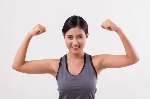 Starke fitness asiatische frau isoliert