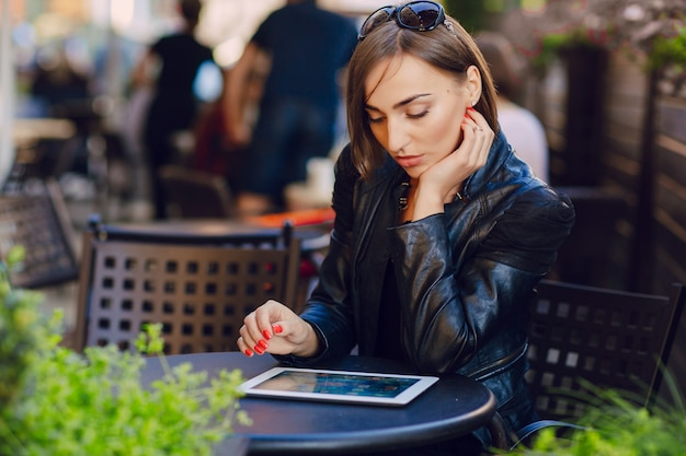 Starke frau mit ihrem tablet-arbeits
