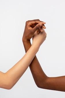 Starke händchenhaltende frauen, die sich gegenseitig unterstützen