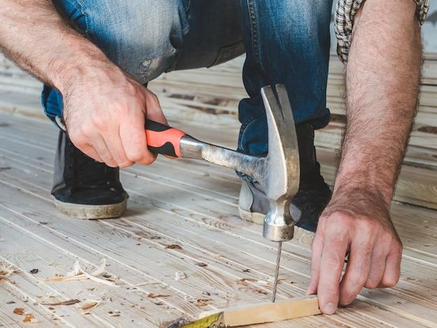 Starke männerhände und werkzeuge
