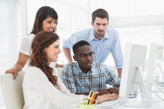 Starke Mitarbeiter, die zusammen Computer verwenden
