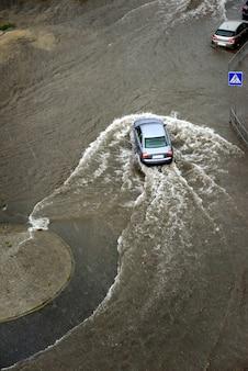 Starke regenfälle verursachten überschwemmungen auf den straßen der stadt.