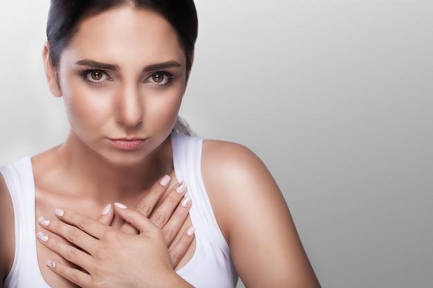 Starke schmerzen in der brust. infarkt. beleidigung. herzenskummer. herzkrankheit. starke schmerzhafte empfindungen. das konzept der gesundheit.