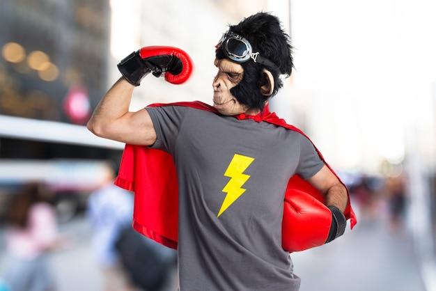 Starke superheld affe mann auf unfocused hintergrund