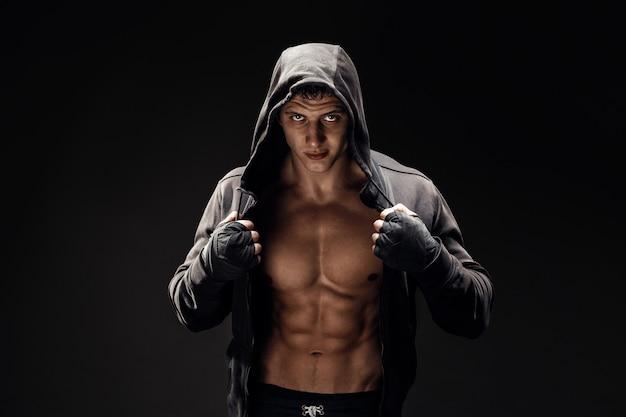 Starker athletischer mann-eignungs-vorbildlicher torso, der sechs satz-abs zeigt