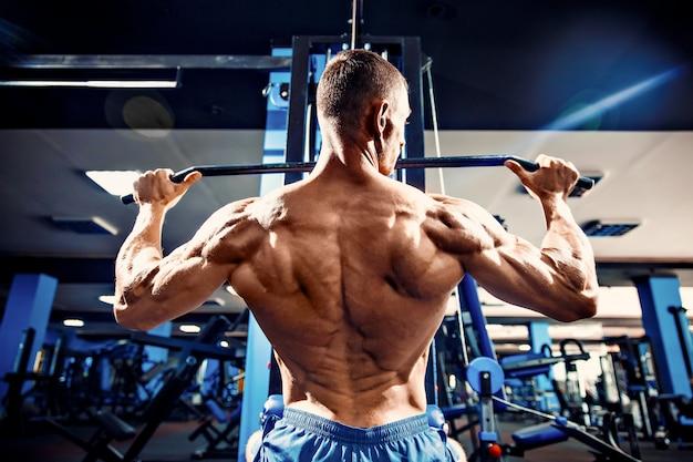 Starker bodybuilder in der turnhalle