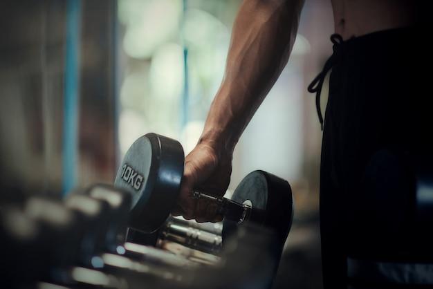 Starker bodybuilder mit perfekter deltamuskulatur