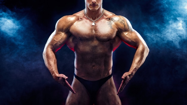 Starker bodybuilder mit sixpack