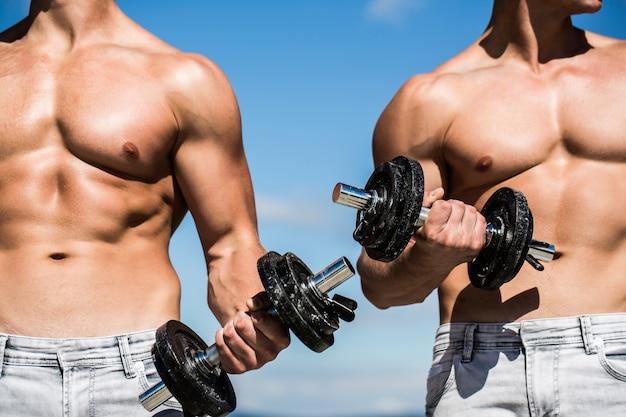 Starker bodybuilder, perfekte deltamuskulatur.