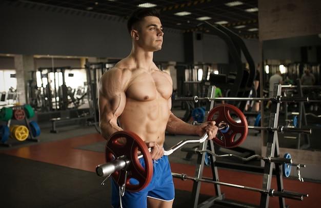 Starker bodybuilder sportlicher fitnessmann
