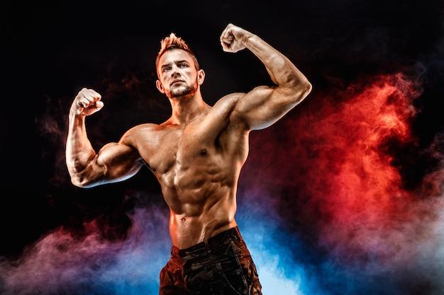 Starker bodybuildermann in der militärhose mit perfekter bauchmuskulatur, schultern, bizeps, trizeps, brust