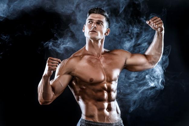 Starker bodybuildermann mit den perfekten muskeln