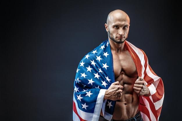 Starker bodybuildermann mit perfekter bauchmuskulatur, schultern, bizeps, trizeps, brust
