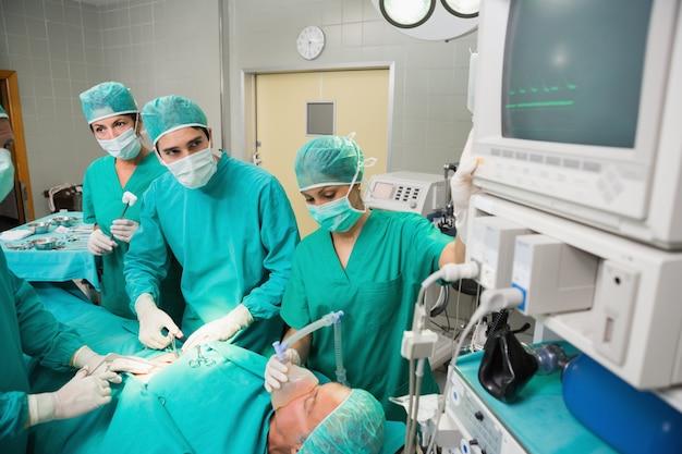 Starker chirurg, der einen monitor betrachtet