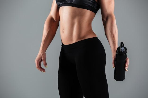 Starker erwachsener weiblicher körper