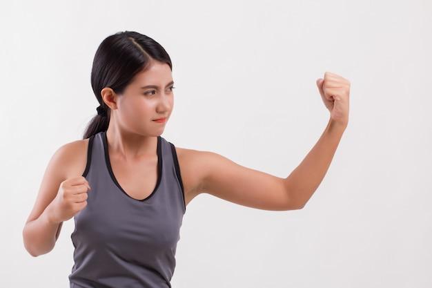 Starker fitnessfrauenschlag isoliert