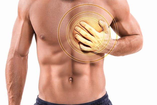 Starker herzschmerz, mann mit brustschmerzen, herzinfarkt oder schmerzhaften krämpfen, der mit schmerzhaftem ausdruck auf die brust drückt.