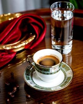 Starker kaffee mit einem glas wasser