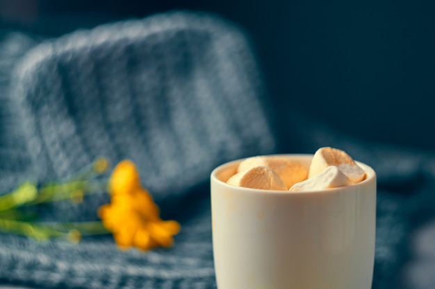 Starker kaffee mit marshmallow