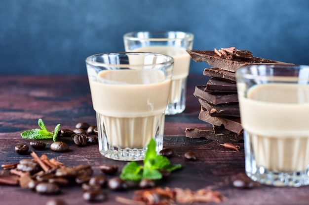 Starker kaffeelikör mit kaffeebohnen und dunklen schokoladenstücken