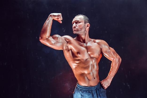 Starker kahlköpfiger bodybuilder mit sixpack