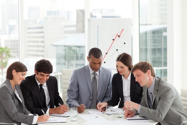 Starker manager und sein team, die ein dokument studieren