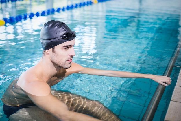 Starker mann im pool im freizeitzentrum