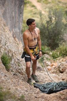 Starker mann macht sich bereit zum klettern
