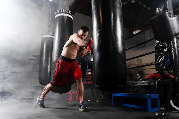 Starker mann mit rotem handschuhtraining