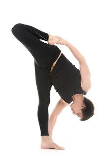 Starker mann, seinen körper stretching