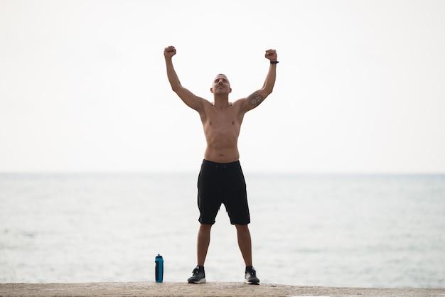 Starker muskulöser mann, der seine macht zeigt