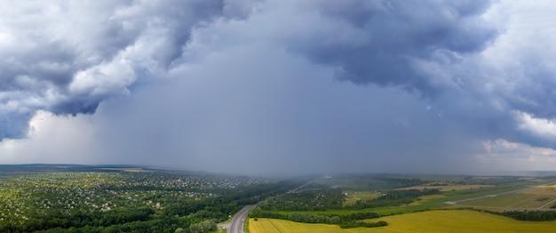 Starker regen und gewitterwolken über den hütten. regen schädigt infrastruktur. naturkatastrophe.