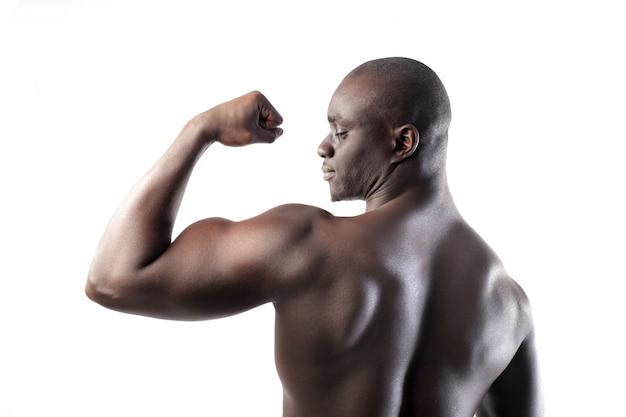 Starker schwarzer mann mit muskeln