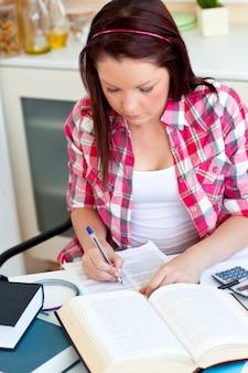 Starker student, der zu hause ihre hausarbeit tut