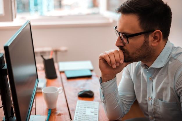 Starker student mit dem computer, der für seminar sich vorbereitet.