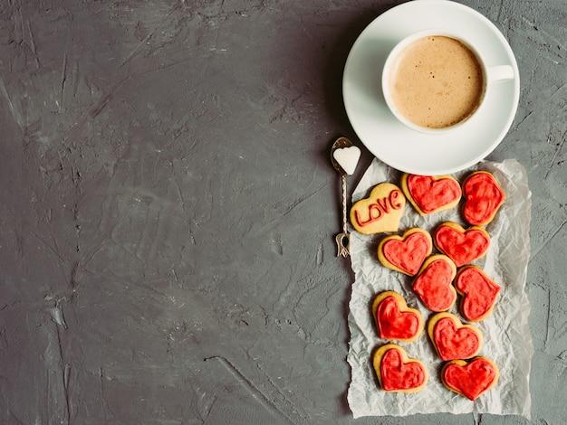 Starker und duftender kaffee mit frischen keksen in der glasur für liebhaber.