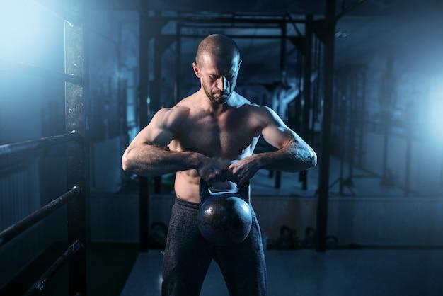 Starkes gewichtheber-training mit gewicht im fitnessstudio